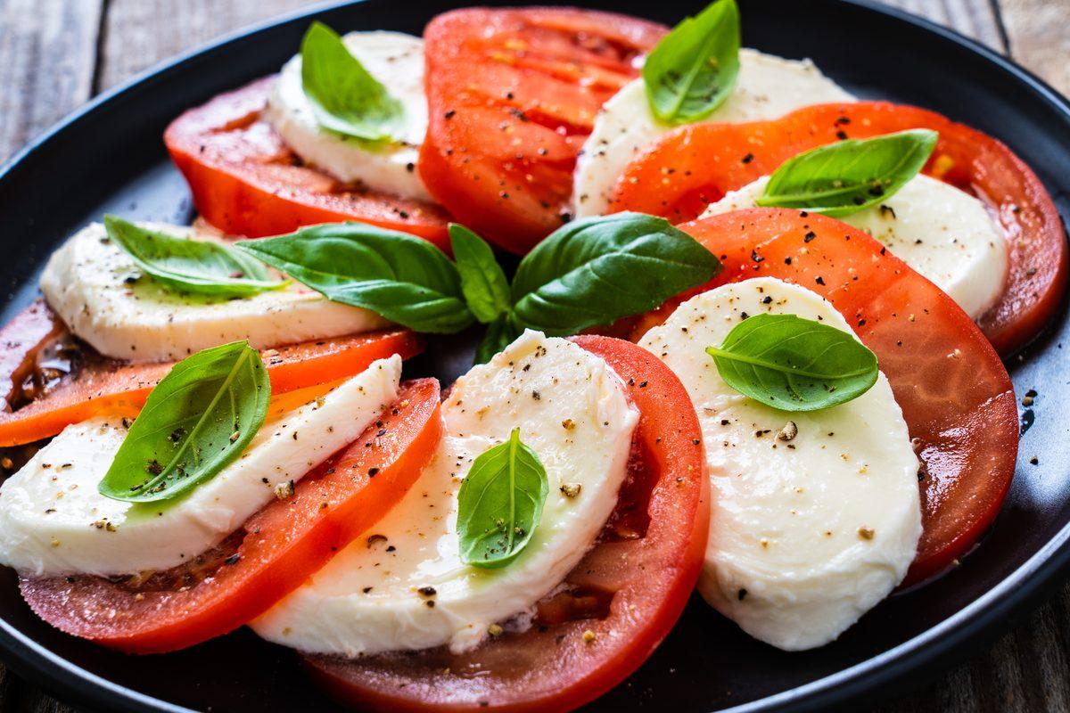 basilico ingrediente fondamentale dell'insalata caprese